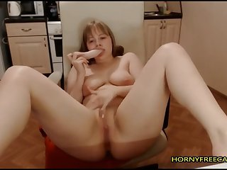 curvy comme �a fucks her pussy and ass